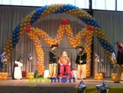 Combinación de diferentes figuras con globos, arcos, una corona de globos, etc.