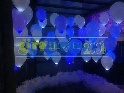 Decoración de globos de helio con luz para hall de hotel.