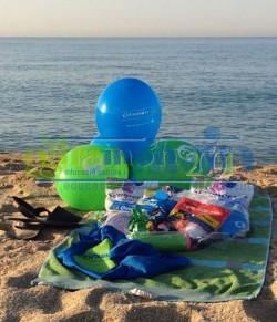 Globos y bolsas de globos en la playa