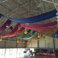 decoració amb teles i globus de grans espais.