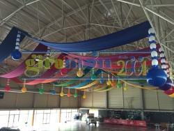 decoración con telas y globos de grandes espacios.