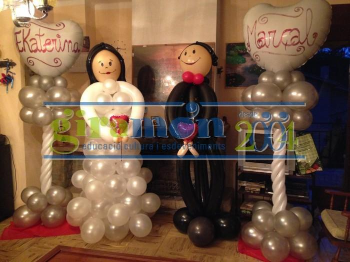 novios y columnas de globos para bodas