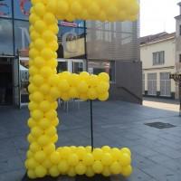Escultura E con globos