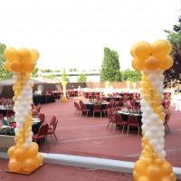 Columnas de globos en el exterior