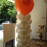 columna de globos con globo gigante publicitario
