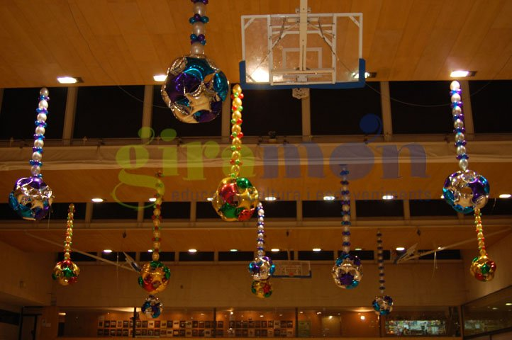 parque de navidad decorado con figura de globos en pabelln
