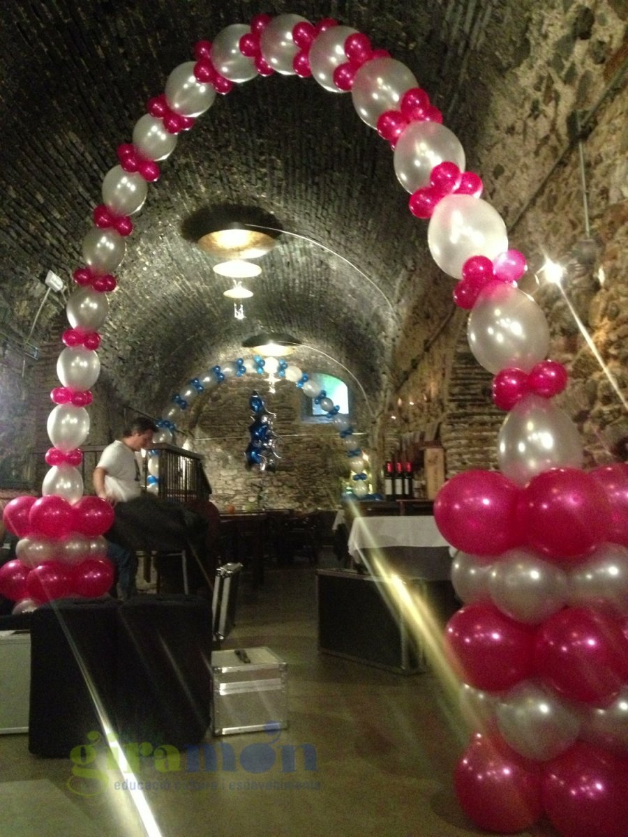 Decoracion con globos para bodas en salon restaurante can for Arreglos de salon con globos