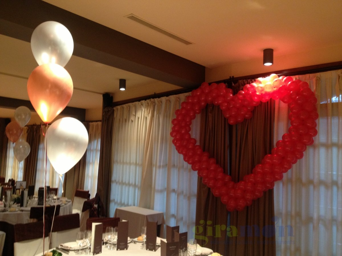 Globos forma coraz n giram n giram n - Decoracion bodas con globos ...