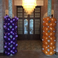 columna cubierta con globos