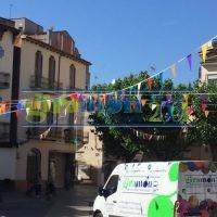 Colocación de banderines de plàstico para eventos