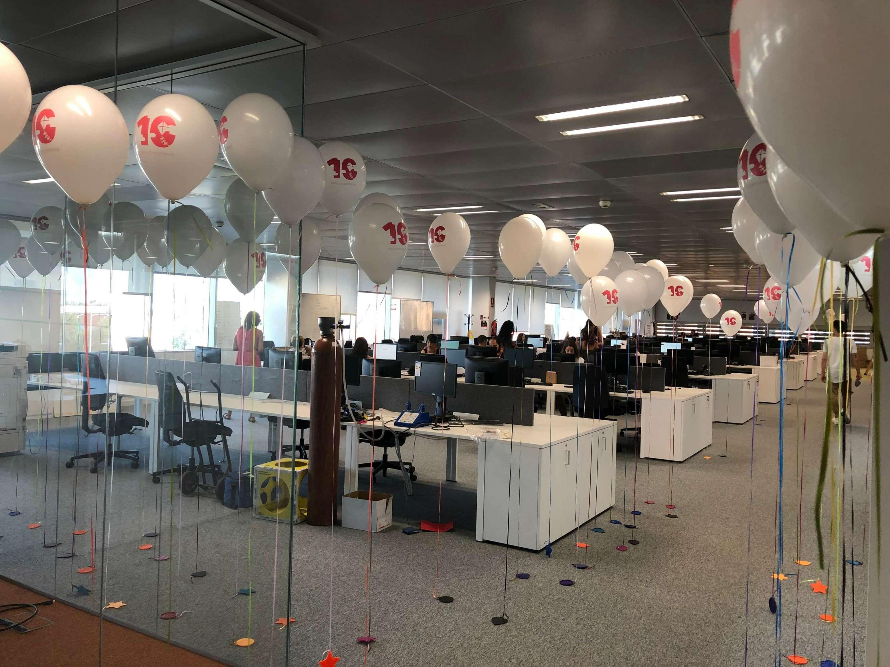 Globos impresos para celebrar logros empresariales o cumpleaños de empresa.