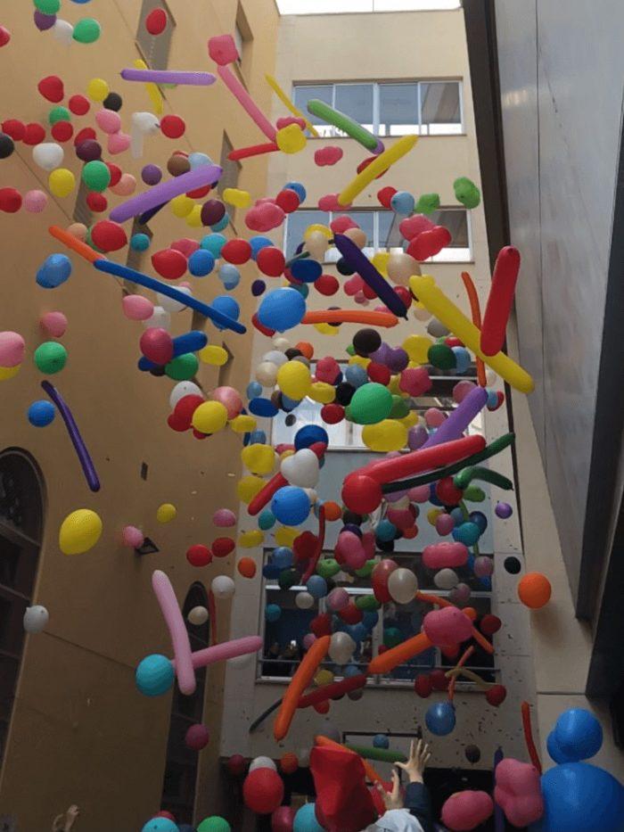 Caída de globos de diferentes formas.