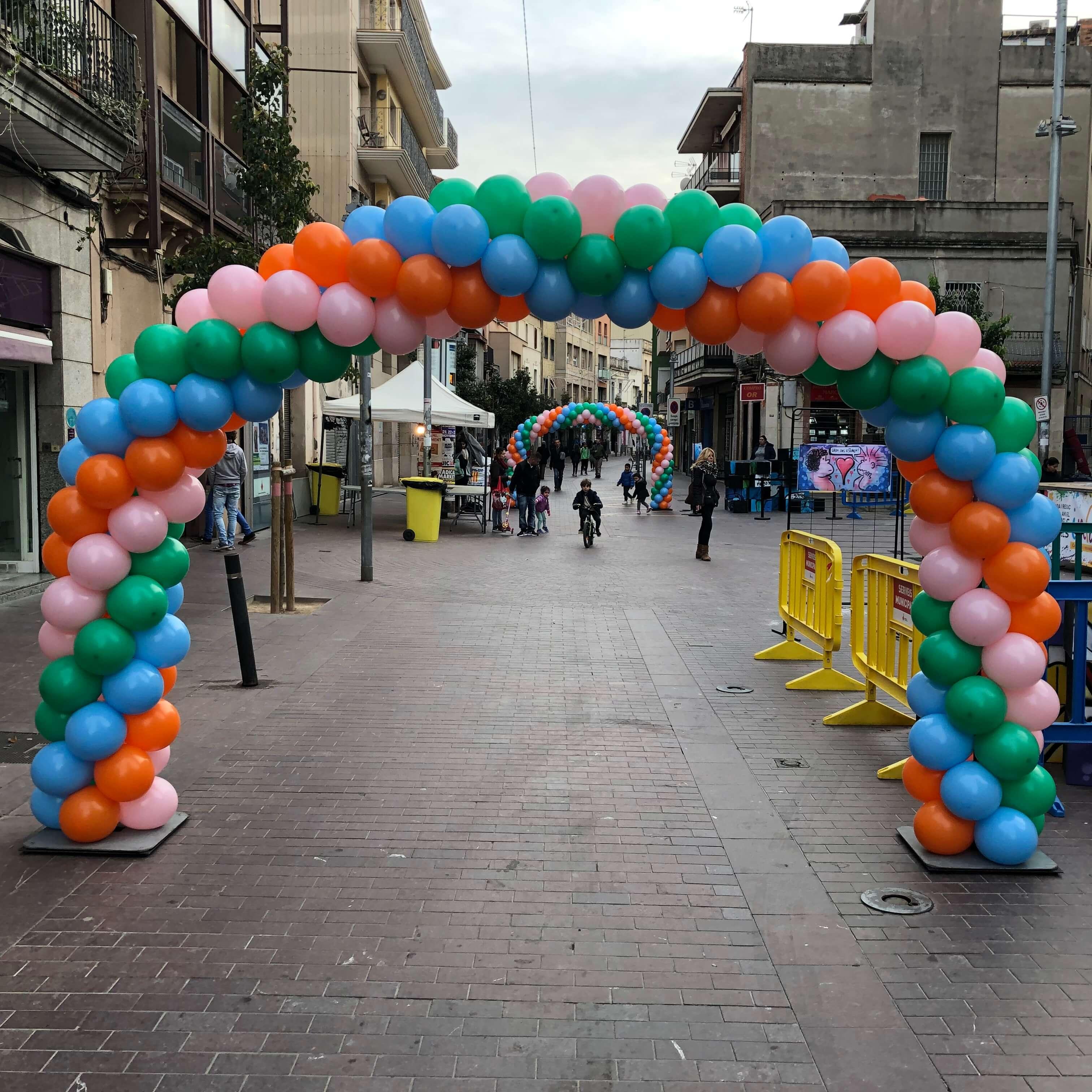 Arcos de globos en un evento en el exterior.
