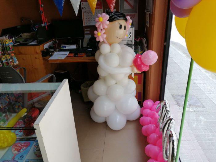 niña de comunión con globos