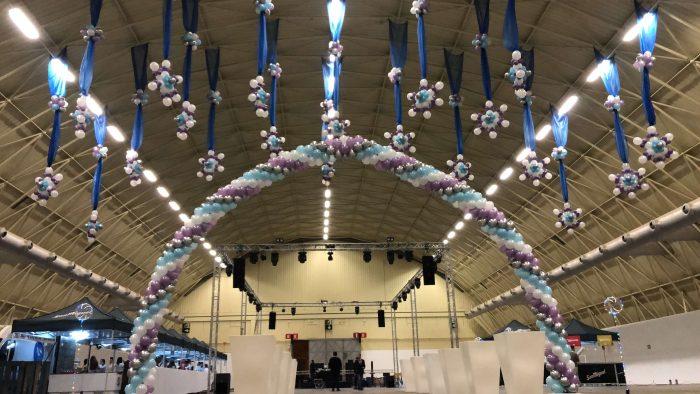 Arco de globos gigantes y decoración hivernal