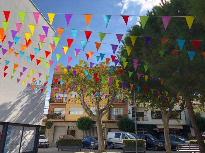 Banderines de plástico de colores para decoración.