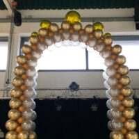 Arco de globos de tamaños alternados