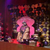 Decoración con globos, telas, regalos y tronos de madera para Reyes
