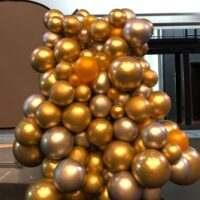 Mural orgánico de globos dorados cromados y plateados
