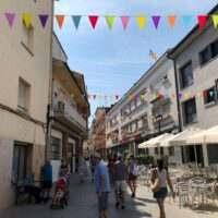 decoración de calles con banderines
