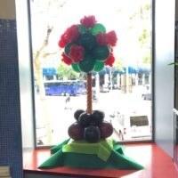 Árbol con flores realizado con globos