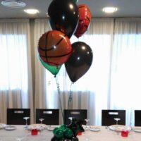 Centro de mesa con globos fiesta deportes