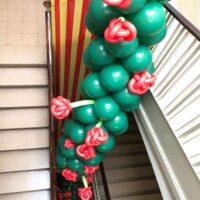 Guirnalda de globos larga decorada con flores de globos